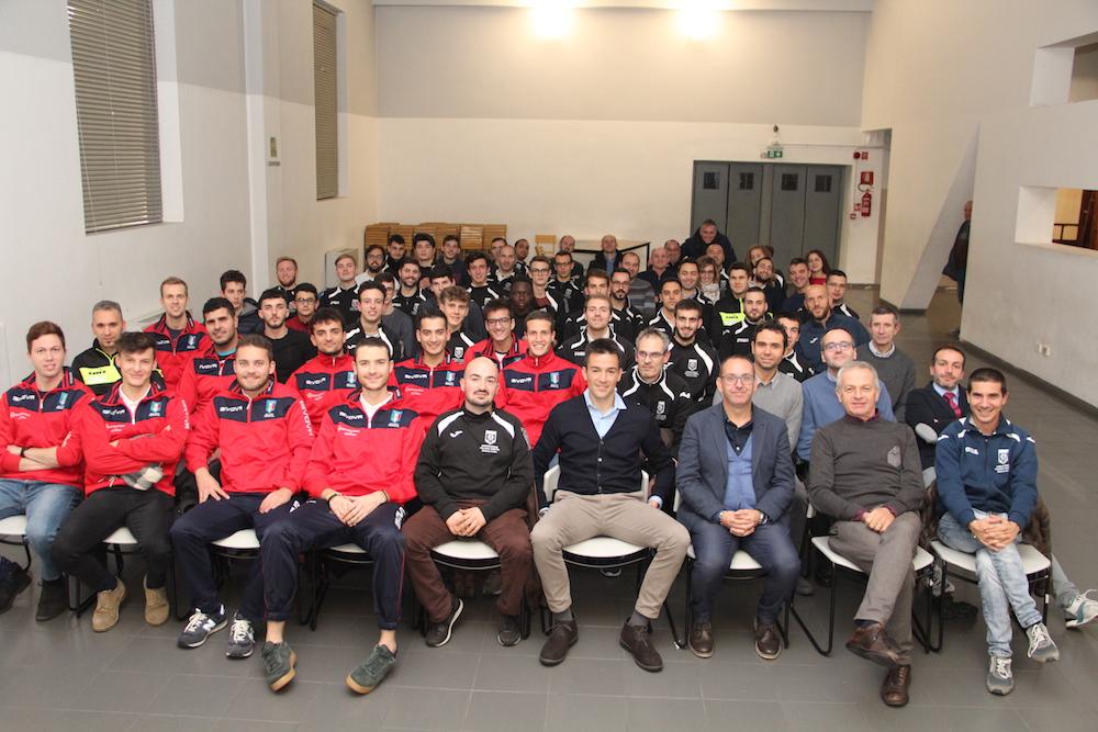 L'arbitro di Serie B Rapuano con gli arbitri della sezione di Bra